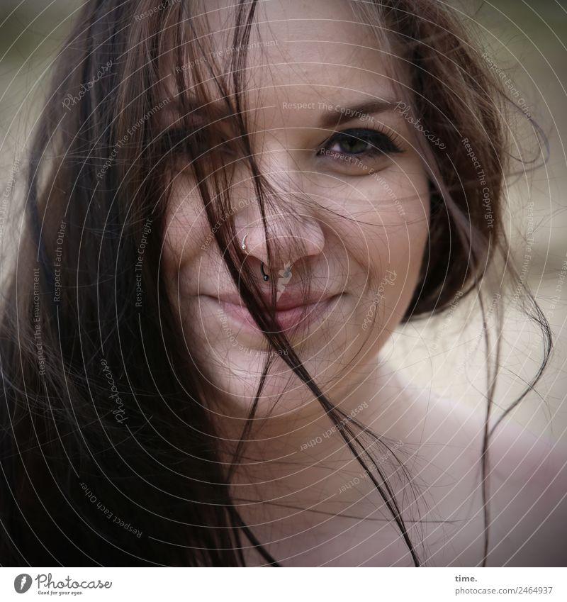 Lique feminin Frau Erwachsene 1 Mensch Piercing brünett langhaarig Lächeln Blick warten Freundlichkeit Fröhlichkeit schön Zufriedenheit Lebensfreude