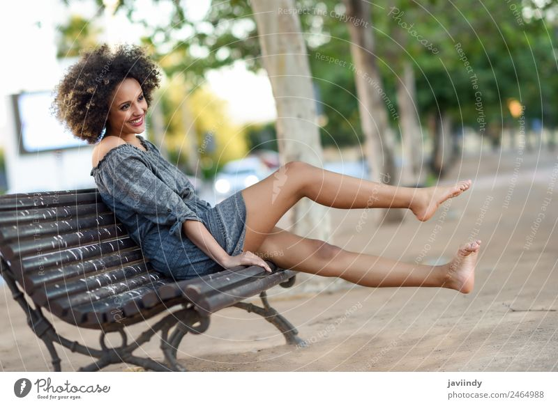 Junge schwarze Frau mit Afro-Frisur, die auf einer Bank sitzt i Lifestyle schön Haare & Frisuren Gesicht Mensch feminin Junge Frau Jugendliche Erwachsene 1