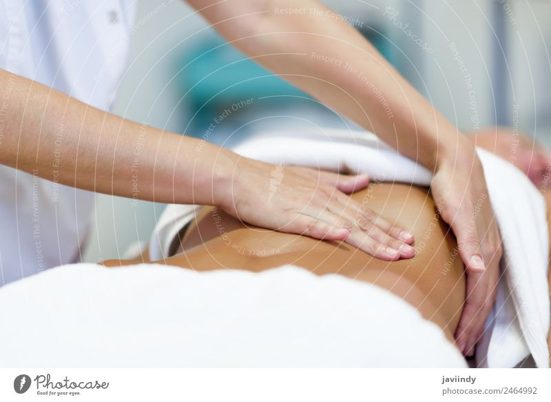 Weibliche Patienten werden von einem professionellen Osteopathie-Therapeuten behandelt. Lifestyle schön Körper Behandlung Medikament Wellness Erholung Spa