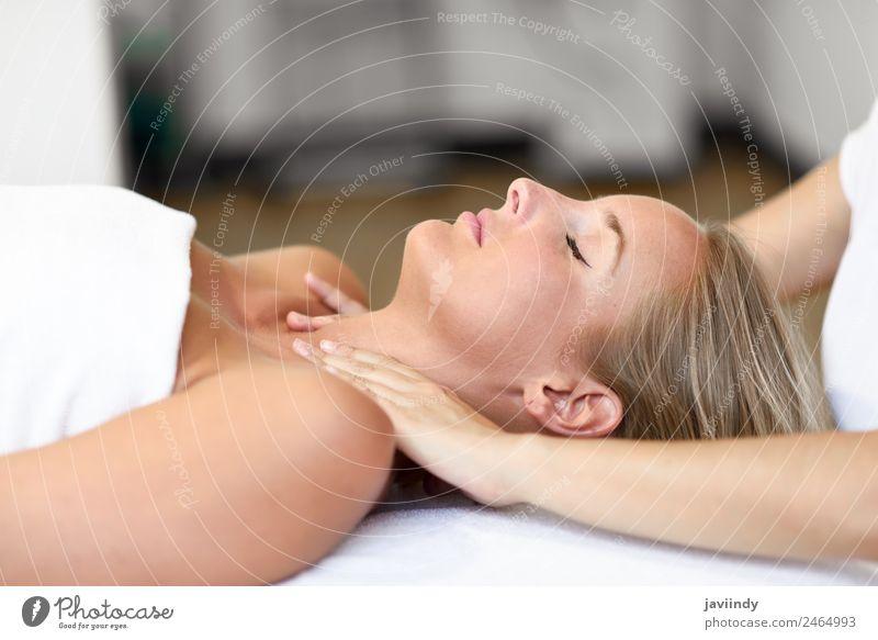 Junge blonde Frau erhält eine Kopfmassage in einem Spa-Center. schön Gesicht Gesundheitswesen Wellness Erholung Massage Mensch feminin Junge Frau Jugendliche
