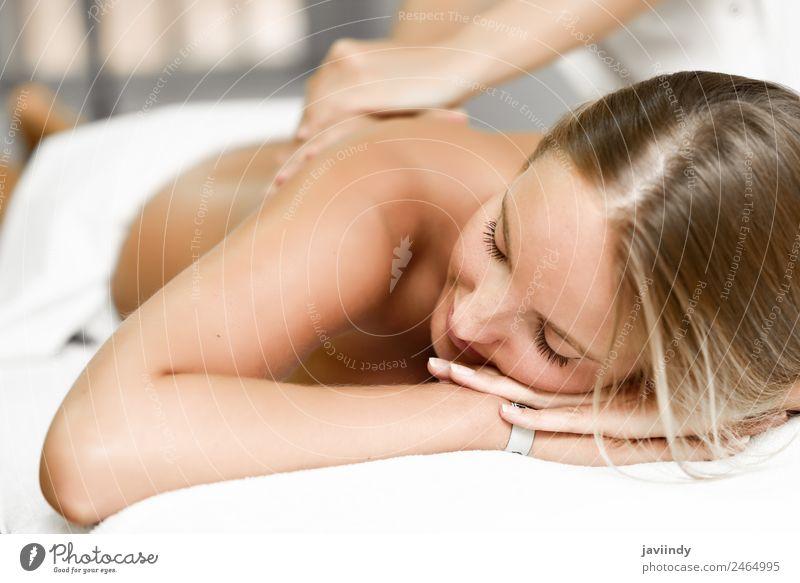 Junge blonde Frau bei der Massage im Spa-Salon Lifestyle schön Körper Gesundheitswesen Wellness Erholung Mensch Junge Frau Jugendliche Erwachsene Rücken 2