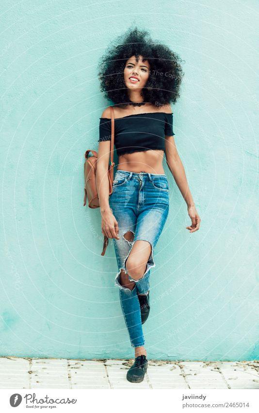 Junge gemischte Frau mit Afrohaar, die auf der Straße steht. Lifestyle Stil Glück schön Haare & Frisuren Gesicht Mensch Junge Frau Jugendliche Erwachsene 1