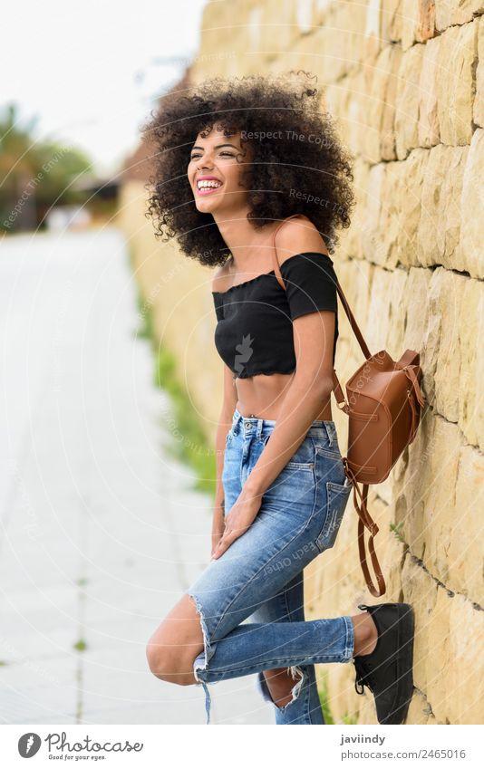 Fröhliche gemischte Frau mit Afrohaar, die draußen lacht. Lifestyle Stil Freude Glück schön Haare & Frisuren Gesicht Mensch Junge Frau Jugendliche Erwachsene 1