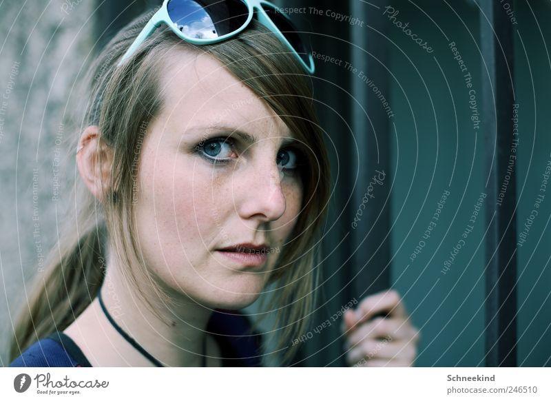 Misstrauen Frau Mensch Jugendliche schön Gesicht Auge Leben feminin Kopf Haare & Frisuren Erwachsene Mund Nase Ohr Lippen