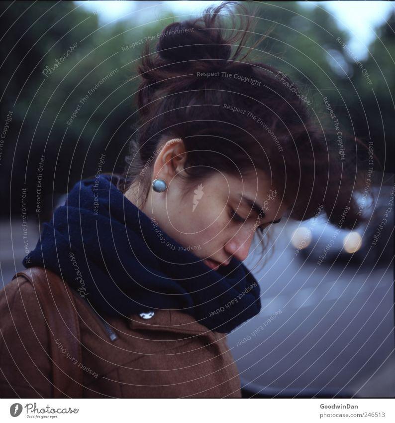 Türkis. Mensch Frau Jugendliche schön Junge Frau Erwachsene Straße Traurigkeit Gefühle feminin Denken Stimmung träumen authentisch warten hören