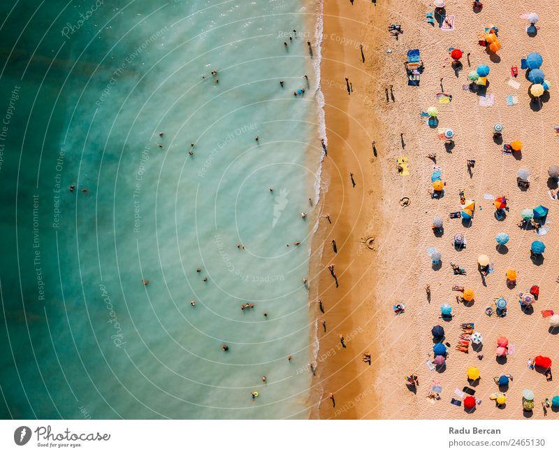 Luftaufnahme von fliegenden Drohnen von Menschen, die sich am Algarve Beach in Portugal entspannen. Strand Fluggerät Aussicht Sand Hintergrundbild Wasser oben