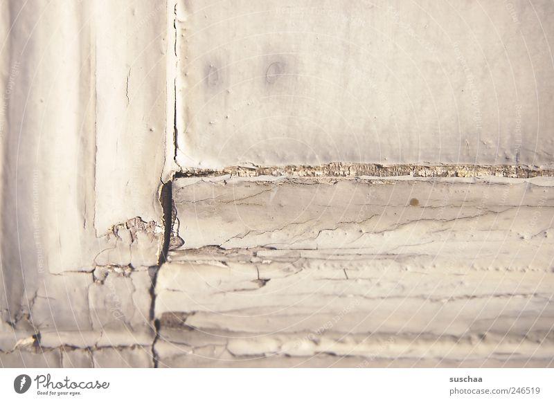 rissig alt Holz Gebäude Zeit kaputt Wandel & Veränderung Vergänglichkeit Verfall Bauwerk Riss hässlich Lack verwittert abblättern Anstrich Fensterrahmen