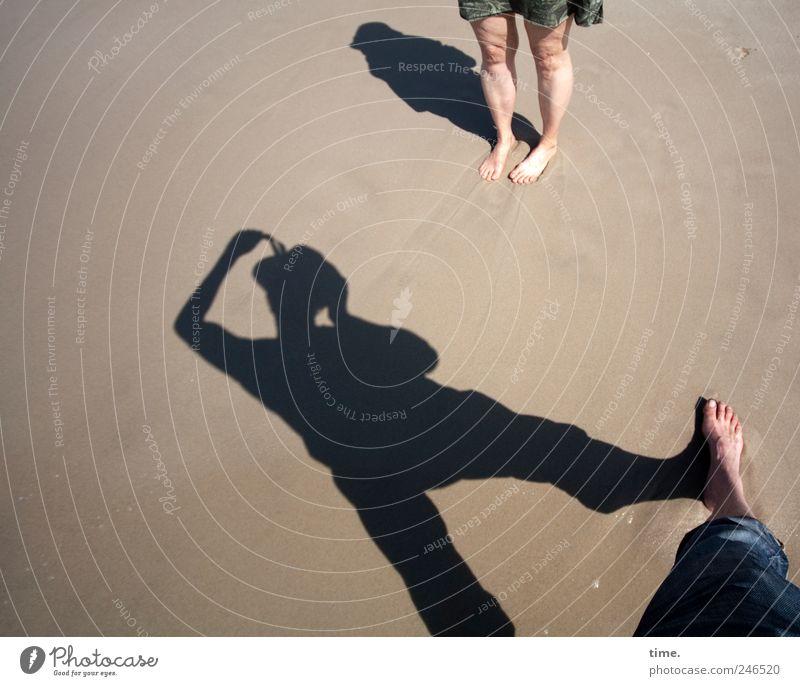 Urlaubsfoto Strand Mensch Beine Fuß 2 Sand Hose Kleid stehen Fotografieren Körperhaltung Farbfoto Außenaufnahme Schatten Silhouette Starke Tiefenschärfe