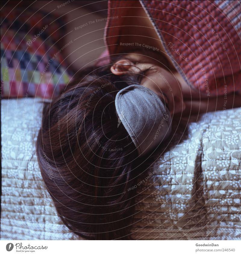 Los. Mensch Junge Frau Jugendliche Erwachsene Partner 1 Haare & Frisuren brünett langhaarig Bett Kissen Decke Schlafmaske schlafen träumen authentisch schön