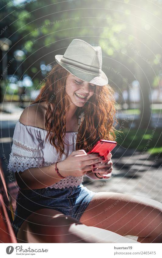 Außenporträt eines jungen Mädchens Lifestyle elegant Stil Glück schön Haare & Frisuren Modellbau Handy Mensch feminin Junge Frau Jugendliche Erwachsene Körper 1
