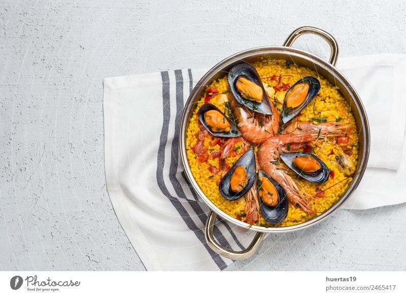 Traditioneller Reis in Paella Lebensmittel Fleisch Fisch Meeresfrüchte Gemüse Mittagessen Diät Gesunde Ernährung lecker sauer gelb Krebstier Hähnchen schmoren