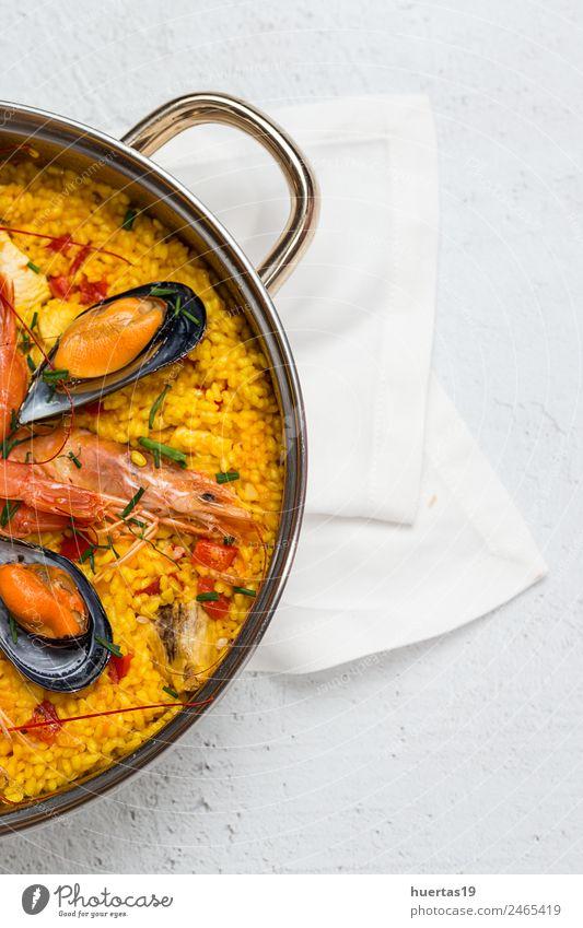 Traditioneller Reis in Paella Lebensmittel Fleisch Fisch Meeresfrüchte Gemüse Getreide Mittagessen Diät Gesunde Ernährung lecker sauer gelb Krebstier Hähnchen