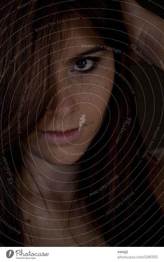 halbdunkel feminin Junge Frau Jugendliche Haare & Frisuren Gesicht 18-30 Jahre Erwachsene brünett langhaarig Aggression außergewöhnlich bedrohlich Coolness