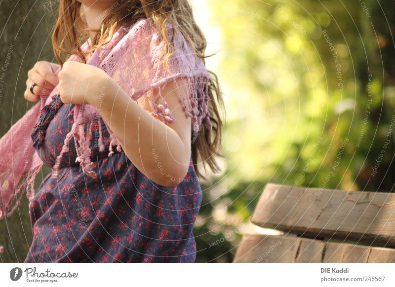 warmes Lüftchen Mensch Natur blau grün Sommer Erholung feminin Freundschaft Park braun rosa natürlich Bank Kleid Schönes Wetter Sehnsucht