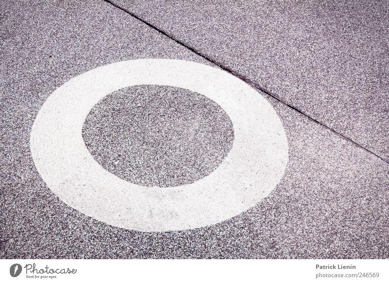 Das Runde muss ins Eckige blau grau Linie Kunst Platz paarweise neu Lifestyle Boden Kreis rund Asphalt berühren Gegenteil Zeichnung gemalt