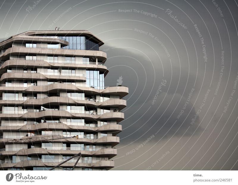 Affenfelsen Himmel Wolken Fenster grau Architektur Wetter Wohnung Fassade Hochhaus modern Häusliches Leben Sturm Bauwerk Regenwolken Hochhausfassade