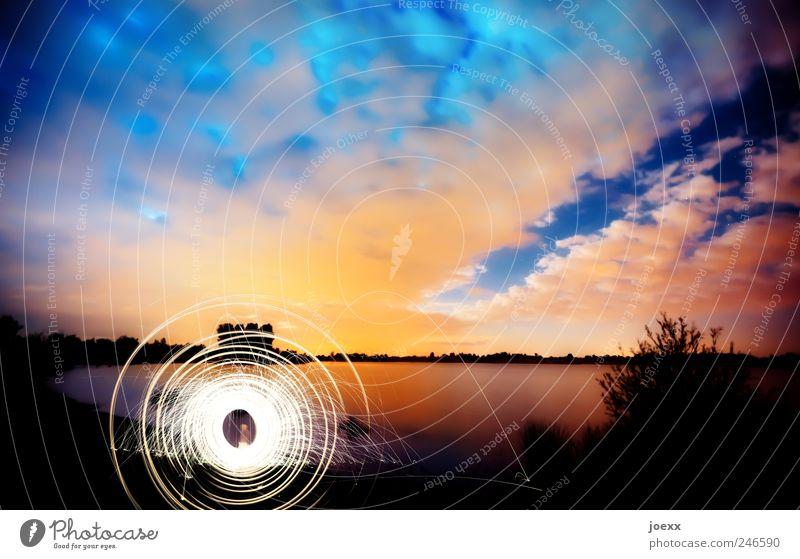 Archimedisch Natur Himmel Wolken Sonnenaufgang Sonnenuntergang Sommer Schönes Wetter Seeufer drehen hell blau gelb rot schwarz weiß Leuchtspur Farbfoto