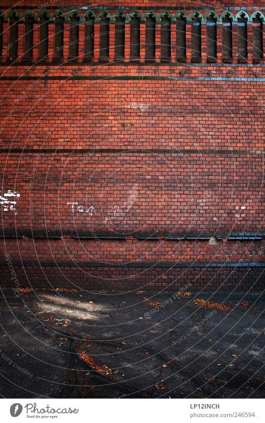 Salt City Wall Lüneburg Deutschland Europa Kleinstadt Altstadt Menschenleer Haus Kirche Bauwerk Gebäude Mauer Wand Fassade Backstein eckig rot schwarz Tourismus