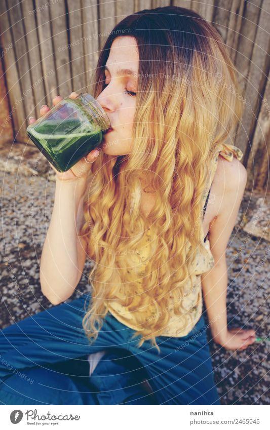 Junge Frau trinkt einen grünen Smoothie. Gemüse Ernährung Bioprodukte Vegetarische Ernährung Getränk trinken Saft Milchshake Entzug Lifestyle Stil schön