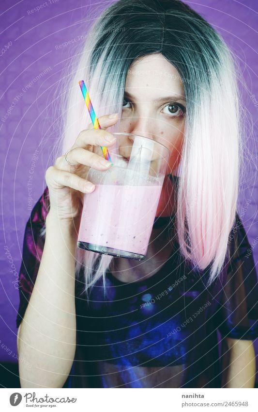 Junge, fitte Frau, die einen rosa Smoothie trinkt. Frucht Getränk trinken Erfrischungsgetränk Saft Milch Milchshake Glas Lifestyle Stil Design Haare & Frisuren