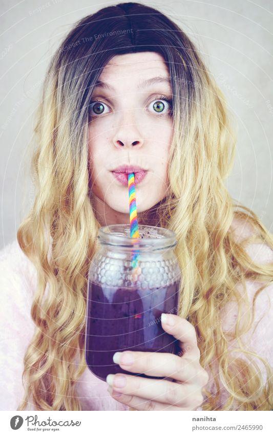 Schöne junge Frau, die einen Blaubeer-Smoothie trinkt. Frucht Ernährung Vegetarische Ernährung Getränk trinken Erfrischungsgetränk Saft Milchshake Lifestyle