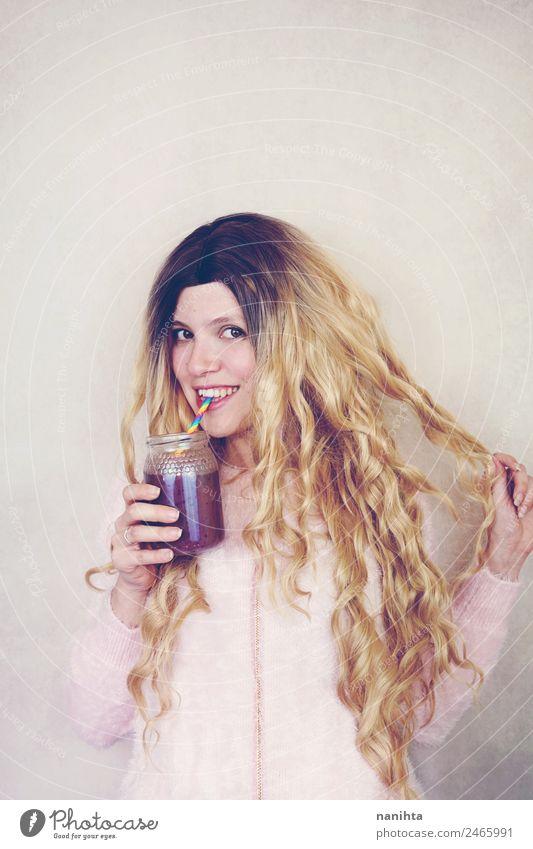 Junge blonde Frau, die einen Smoothie trinkt. Frucht Vegetarische Ernährung Getränk trinken Erfrischungsgetränk Saft Milchshake Lifestyle Haare & Frisuren
