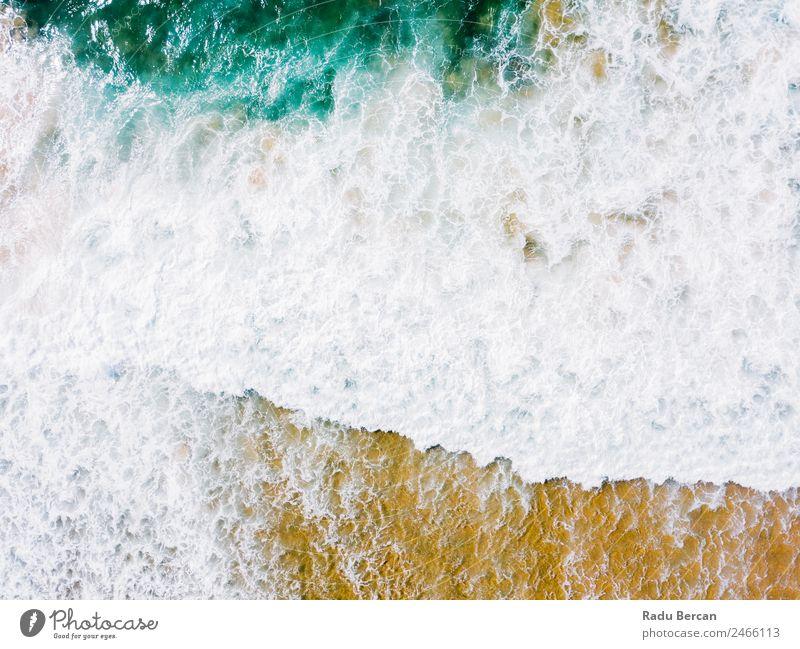 Luftaufnahme Panoramadrohne Blick auf den blauen Ozean Wellen, die am Sandstrand in Portugal erdrücken. Fluggerät Meer abstrakt Dröhnen Aussicht Top Wasser
