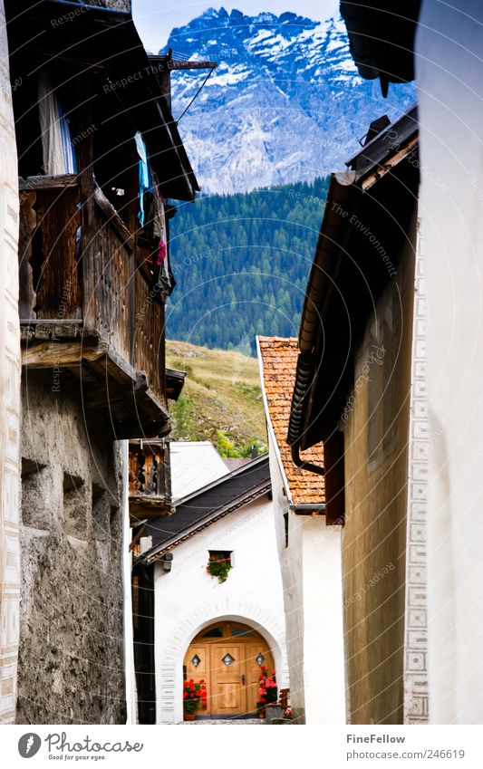 Durchblick Berge u. Gebirge Haus Landschaft Dorf Blick historisch Geborgenheit Erholung Stimmung Tourismus Engadin Gebirgsdorf Schweiz Farbfoto Außenaufnahme