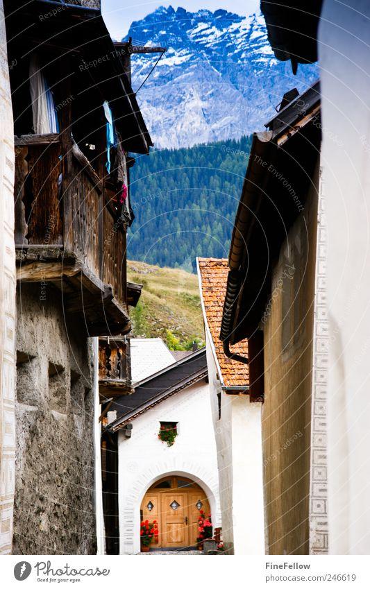 Durchblick Erholung Landschaft Haus Berge u. Gebirge außergewöhnlich Stimmung Tourismus historisch Dorf Schweiz Geborgenheit Kanton Graubünden Engadin