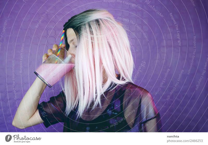 Junge Frau mit rosa Haaren trinkt einen Milchshake. Getränk trinken Erfrischungsgetränk Saft Erdbeer Shake Lifestyle Stil Design Haare & Frisuren Gesundheit