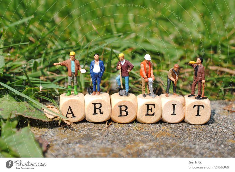 Miniaturfiguren - Bauarbeiter auf ARBEIT Mensch Natur grün Erwachsene sprechen Wiese Arbeit & Erwerbstätigkeit maskulin Schriftzeichen Energiewirtschaft stehen