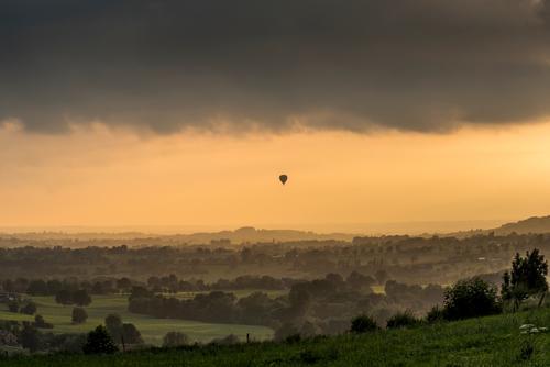 Ins Abendlicht entschweben Abenteuer Ferne Freiheit Sommer Ballonfahrt Landschaft Himmel Wolken Baum Gras Wiese Feld Wald Haus Ballone beobachten fliegen