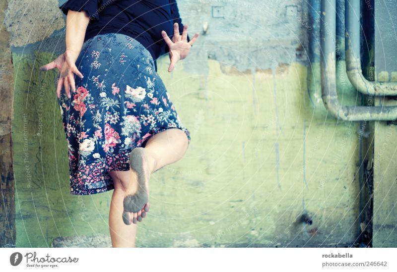 samtpfötchen. Frau Mensch Freude Erwachsene feminin Leben Wand Glück elegant ästhetisch verrückt Bekleidung einzigartig dünn Rock