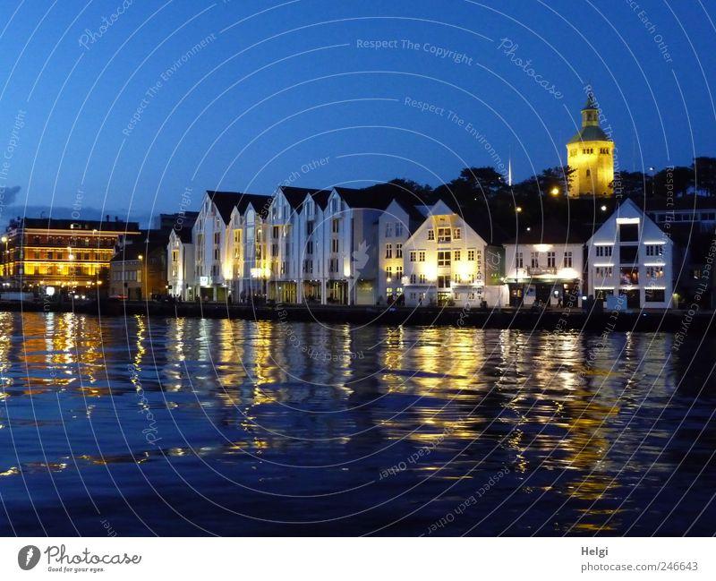Sommerabend im Hafen... Wasser weiß Stadt schön blau Sommer Ferien & Urlaub & Reisen Haus gelb dunkel Fenster Holz Stein Architektur Stimmung Gebäude