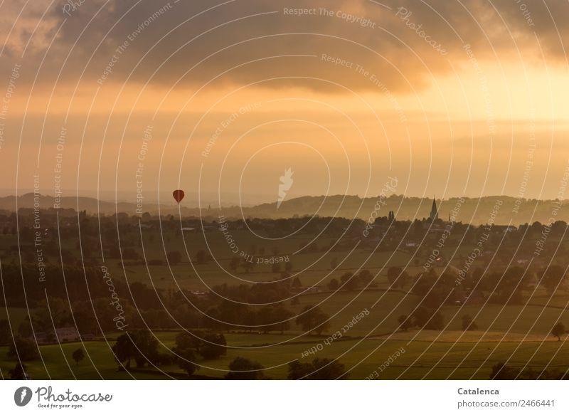 Die Kirche im Dorf Ballonfahrt Landschaft Himmel Wolken Horizont Sommer Baum Sträucher Hecke Wiese Feld Hügel bevölkert Haus Turm Bauernhof Kirchturm Ballone