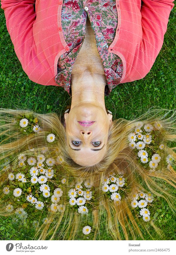 Frau unter den Margeriten Lifestyle Freude Haare & Frisuren Gesicht Erholung Meditation Sommerurlaub Garten Mensch feminin Erwachsene Weiblicher Senior