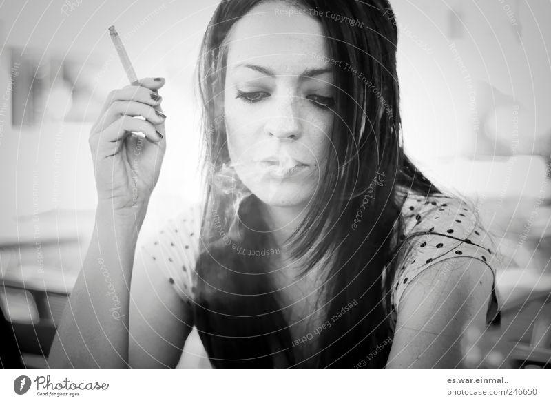 ruhephase. schön Gesicht ruhig feminin Rauchen Gelassenheit Vorsicht