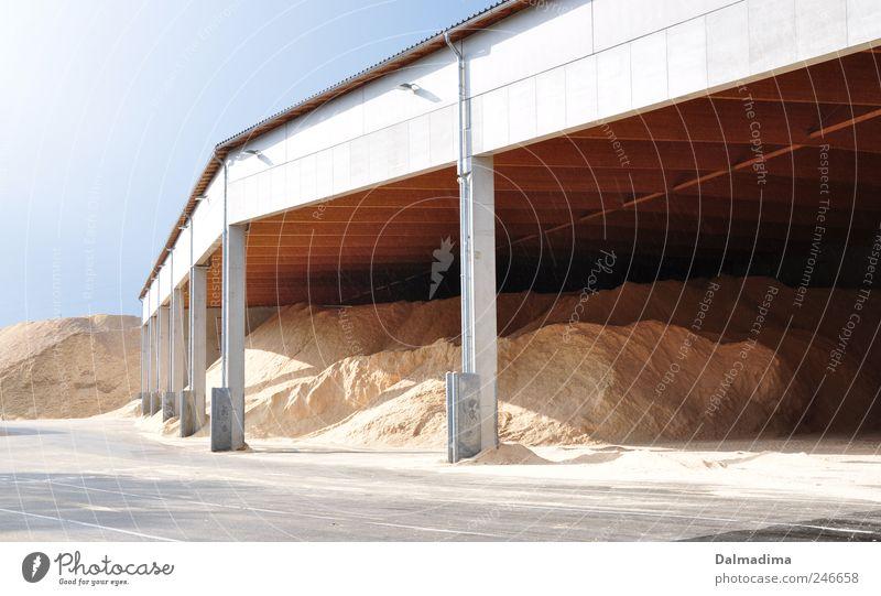 Lagerhalle Sand Gebäude offen Ordnung Industrie Industriefotografie Lagerhalle Lager Blauer Himmel Haufen Industrieanlage Umweltverschmutzung industriell Strukturen & Formen Salzburg Lagerhaus