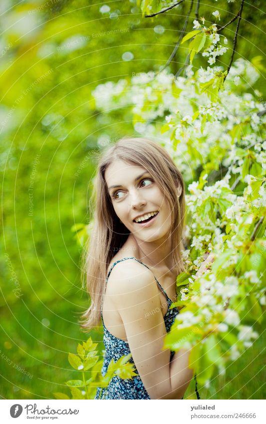 Mensch Natur Jugendliche schön Freude Leben feminin Freiheit Gefühle Frühling Erwachsene träumen Stimmung Zufriedenheit ästhetisch Romantik