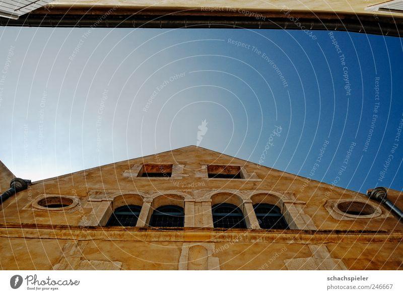 Aussicht Haus Fassade Fenster Fensterbogen Gebäude Architektur historisch hoch rund blau gelb Quadrat Rundfenster Himmel Chablis Synagoge alt Bogen eng Gasse
