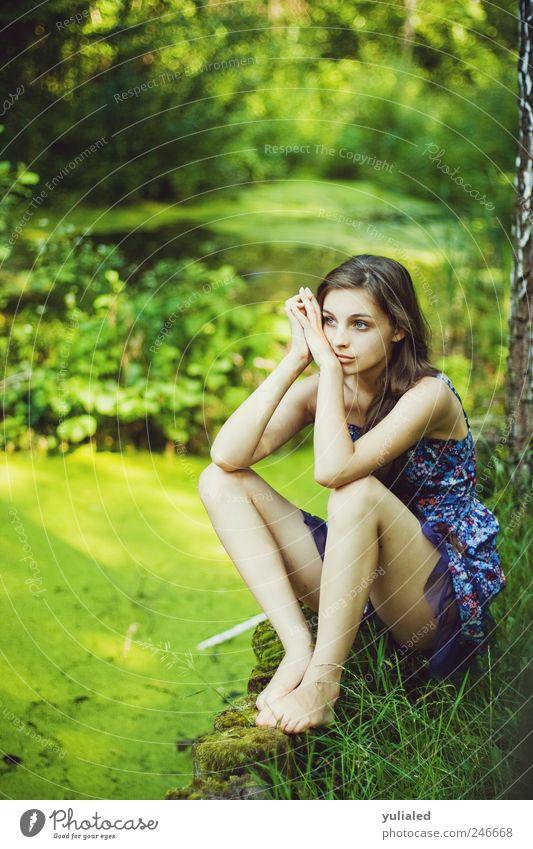 Mensch Jugendliche Wasser schön Sommer ruhig Einsamkeit Erholung feminin Landschaft Gefühle Gras Traurigkeit Stimmung See Fuß