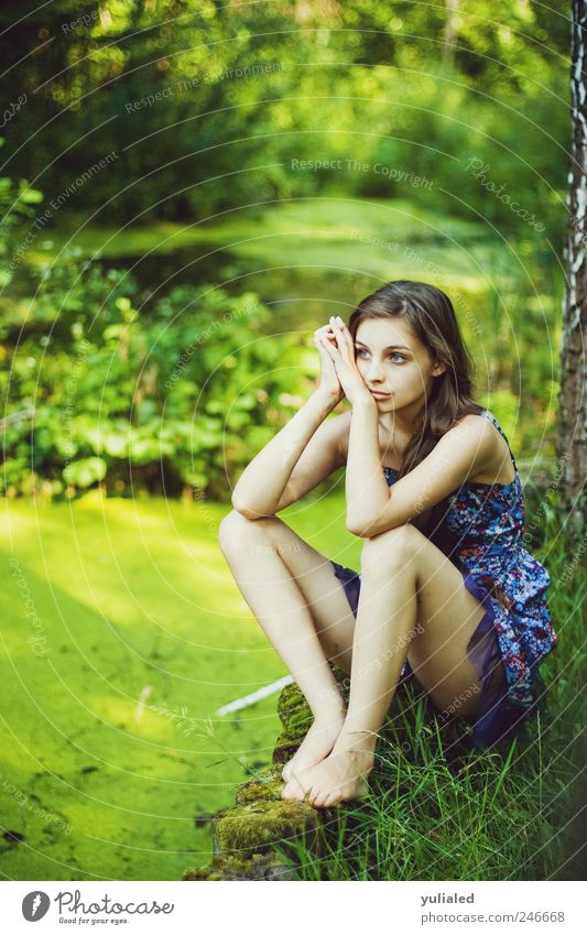 Schöne junge Frau ruhig Meditation Insel feminin Jugendliche Fuß 1 Mensch Landschaft Wasser Sommer Gras Urwald Moor Sumpf See Gefühle Stimmung Romantik schön