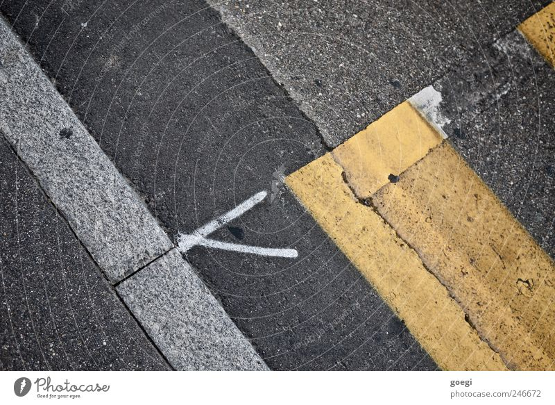 Übergänge alt weiß gelb Straße grau Linie Verkehr Baustelle Wandel & Veränderung Asphalt Pfeil Zeichen Verkehrswege chaotisch Straßenbelag Am Rand