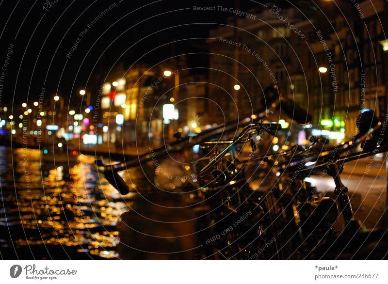 Amsterdam Lifestyle Nachtleben Hauptstadt Stadtzentrum Haus Gebäude Gracht Personenverkehr Straßenverkehr Autofahren Fahrrad Binnenschifffahrt ästhetisch dunkel