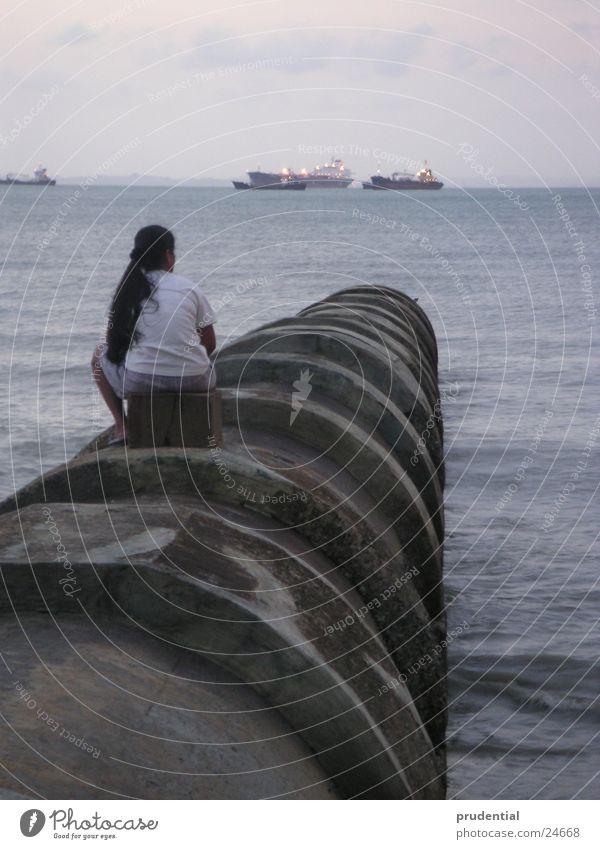 fernweh oder heimweh? Frau Meer Einsamkeit Traurigkeit Wasserfahrzeug Trauer Fernweh Heimweh