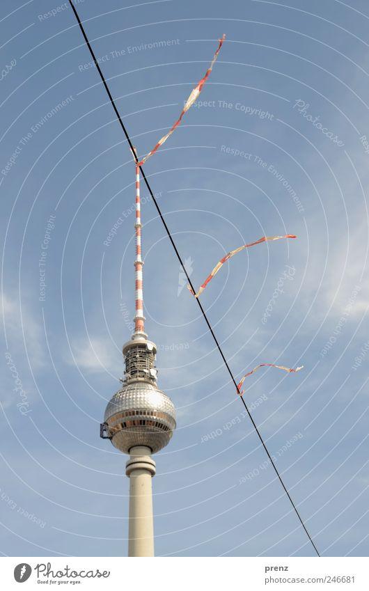 haarverlängerung Himmel blau rot Wolken Berlin Architektur Wind Kabel Turm Schnur Schönes Wetter Stadtzentrum Berlin-Mitte Hauptstadt Sehenswürdigkeit Fernsehturm