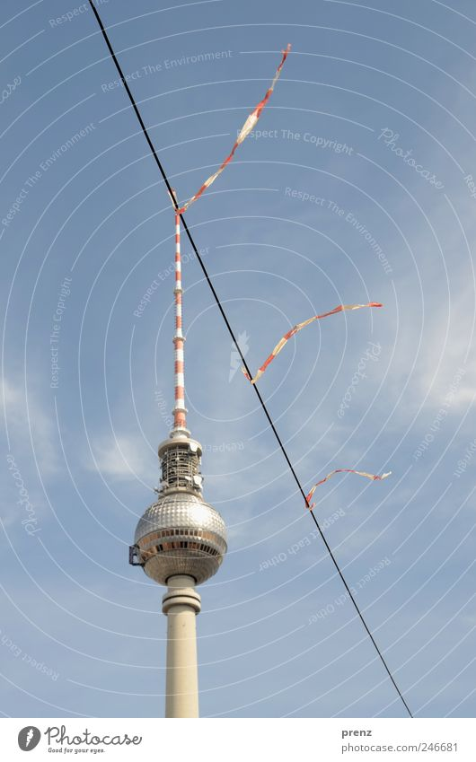 haarverlängerung Himmel blau rot Wolken Berlin Architektur Wind Kabel Turm Schnur Schönes Wetter Stadtzentrum Berlin-Mitte Hauptstadt Sehenswürdigkeit