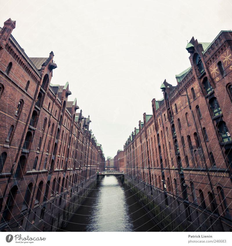 Stadtspeicher Himmel Wasser alt Stadt Ferne Haus Fenster Architektur Gebäude elegant Hamburg Tourismus Brücke modern geheimnisvoll