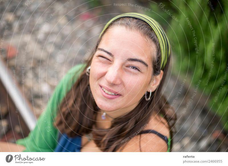 Porträt einer schönen jungen Frau im Freien, die lächelt. Mensch feminin Junge Frau Jugendliche Erwachsene Kopf 1 13-18 Jahre 18-30 Jahre lachen Sommer sitzen