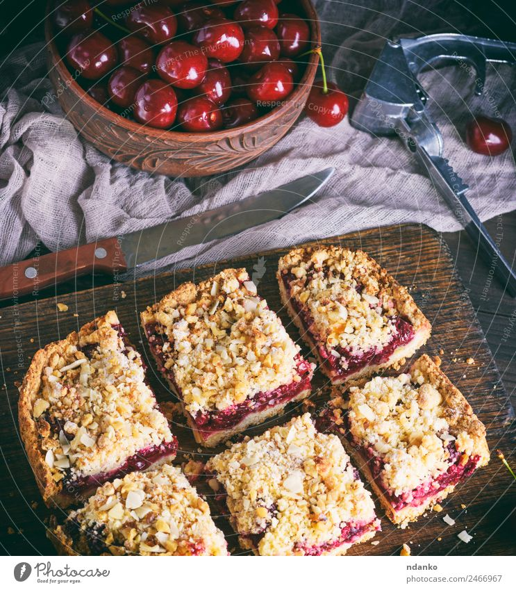 quadratische Kuchenstücke zerbröckeln mit Kirsche Frucht Dessert Süßwaren Vegetarische Ernährung Tisch Holz frisch lecker oben braun gelb rot Pasteten Backwaren